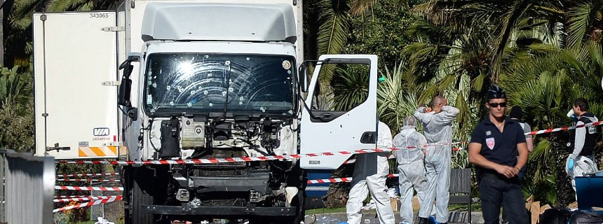 Terrore a Nizza nel giorno della Bastiglia. Camion in mezzo alla folla. Almeno 84 i morti