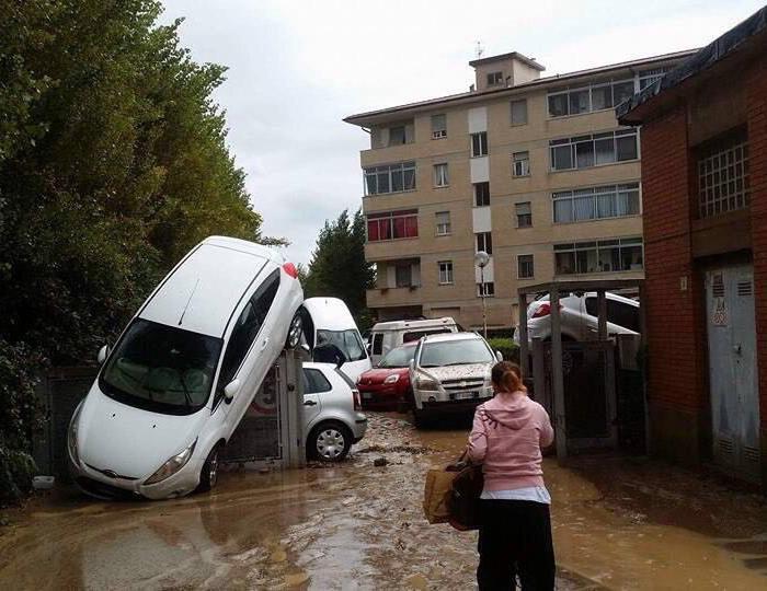 Maltempo, Livorno sommersa dall'acqua. Numerose le vittime, ingenti i danni