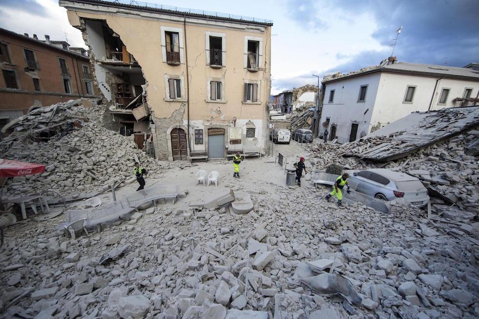 Centro Italia devastato da terremoto, case crollate e numerosi morti
