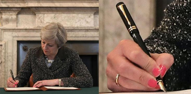 Cattivi presagi, Theresa May ha firmato la lettera Brexit con una Parker con pennino in oro