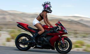 Motociclista spericolata e sexy [VIDEO]