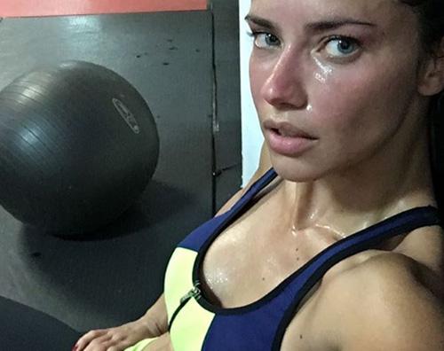 Adriana Lima senza trucco e sudata su Instagram
