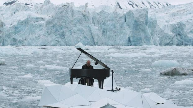 Ludovico Einaudi, pianista sull'Artico con Greenpeace