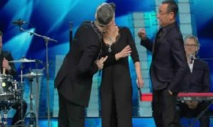 Sanremo 2017, Robbie Williams bacia Maria De Filippi [VIDEO]