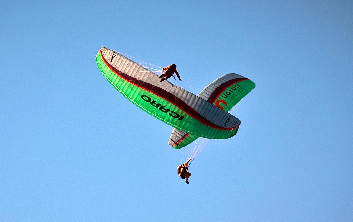 Acrobati in parapendio nei cieli del Trentino
