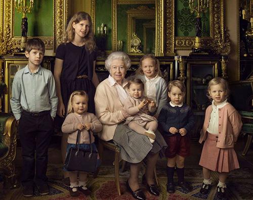 La regina Elisabetta compie 90 anni e festeggia con i suoi nipotini