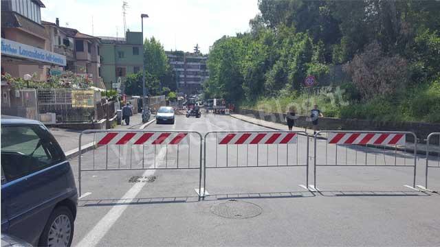 Via due Ponti chiusa al traffico per perdita acqua