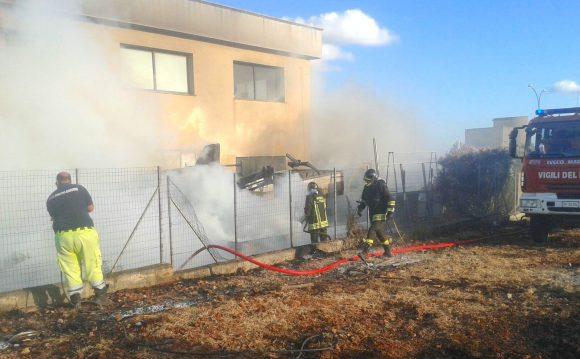 Vasto incendio nella zona artigianale. In fiamme 2 camion