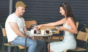 Emily Ratajkwoski: look vintage per una colazione romantica