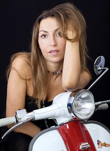 """""""Fuori strada"""" è il secondo singolo di Francesca Battiato, tratto dal' album """"Mi raggiungi"""""""