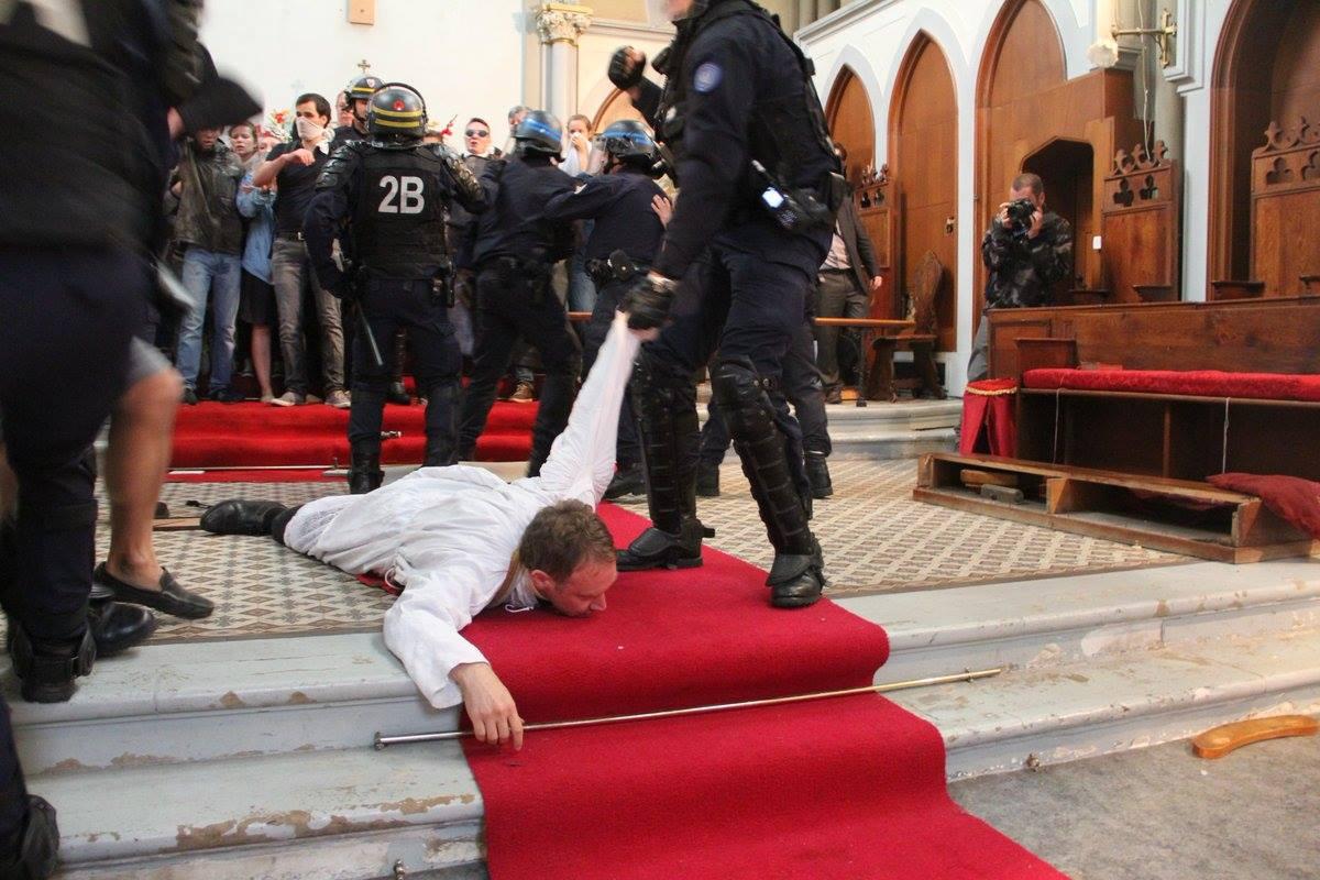 Parigi. La polizia assale i cattolici che si oppongono alla demolizione di una chiesa.