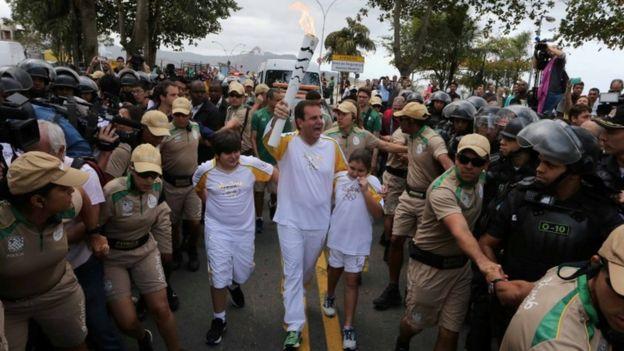 Rio: diplomatico russo uccide rapinatore, a colpi di pistola, al passaggio della fiaccola olimpica