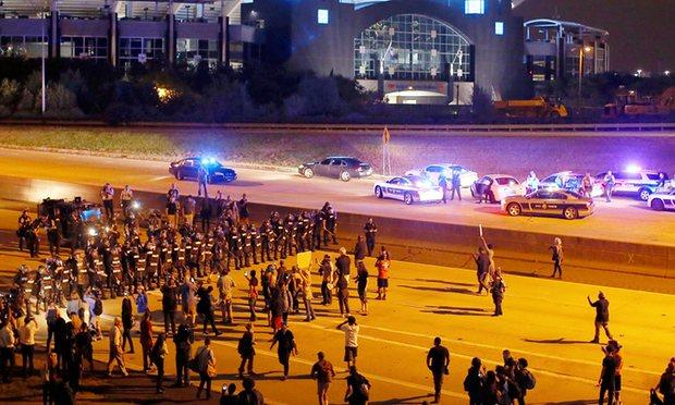 Nuove proteste a Charlotte. Accusata di omicidio colposo l'agente che ha sparato a Tulsa