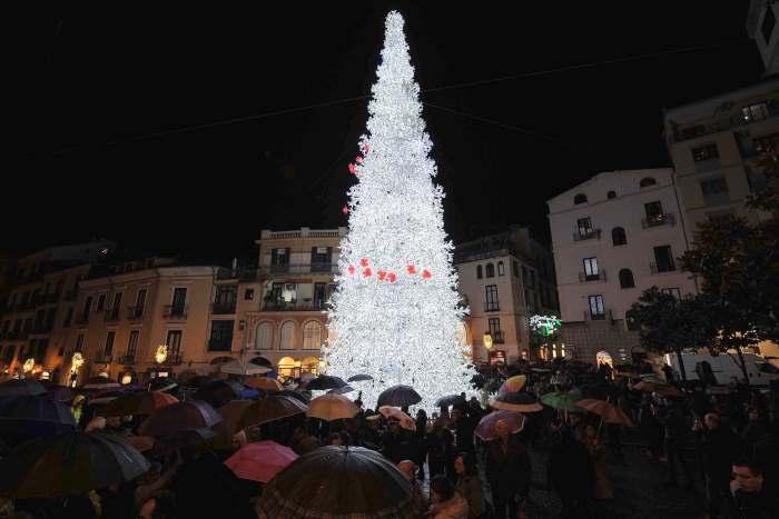 Salerno paga novemila euro a Manuela Arcuri per accendere l'Albero di Natale