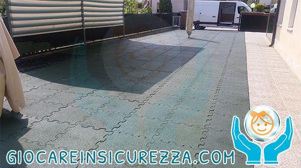 Pavimento per esterni in gomma di protezione antitrauma